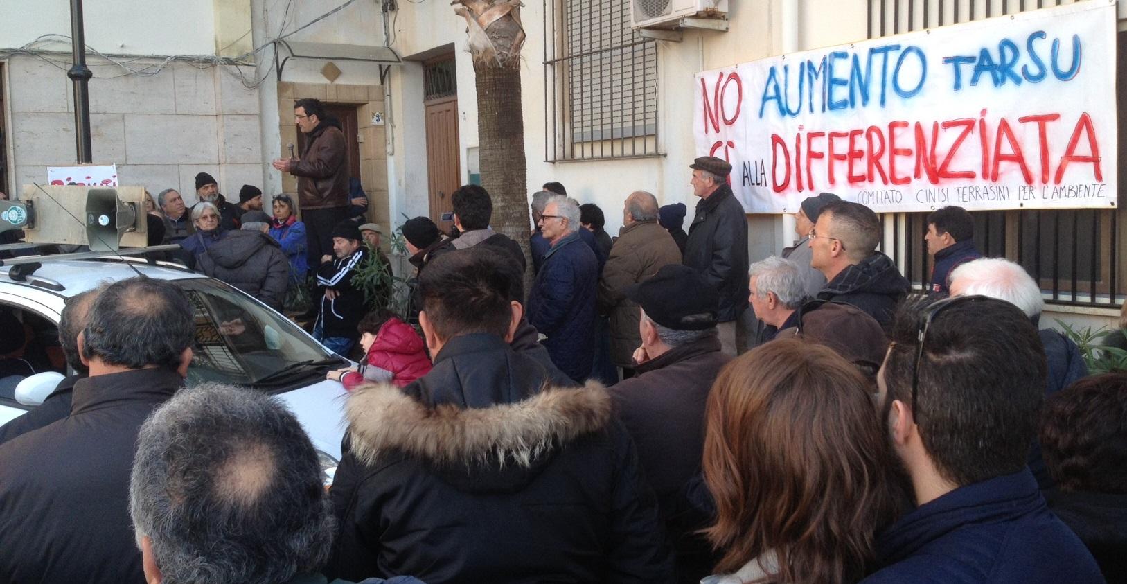 Giugliano, protesta al Municipio contro la TARSU