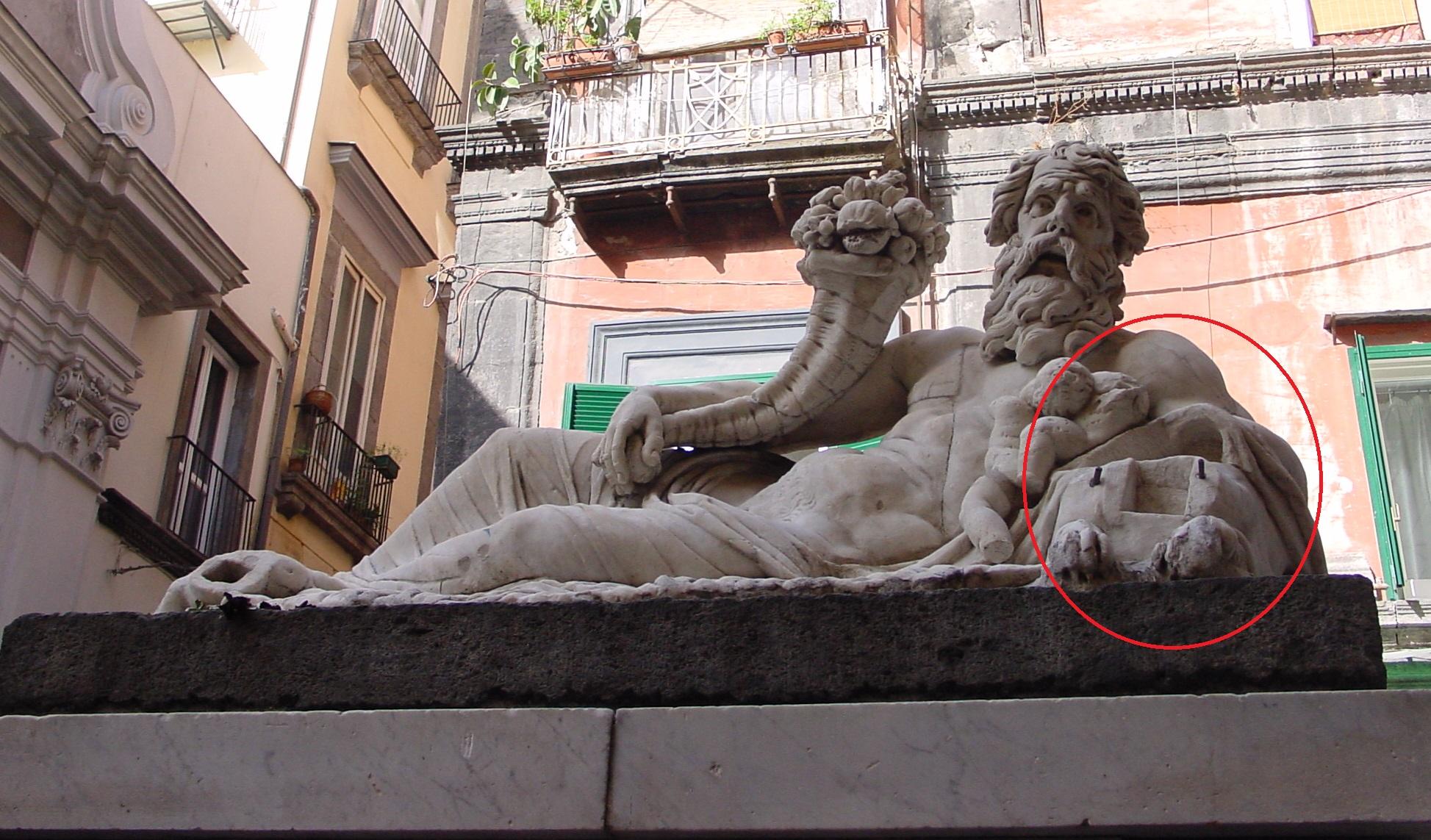 """Napoli, ritrovata la testa di Sfinge del """"Corpo di Napoli"""" a piazzetta Nilo"""