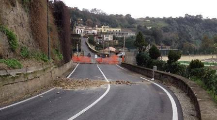 Bacoli, via Monegrillo ancora interdetta per la frana, cittadini inferociti