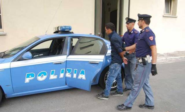 Napoli, mette a segno rapina ad una farmacia ma è tradito dalle impronte lasciate sulla porta: arrestato