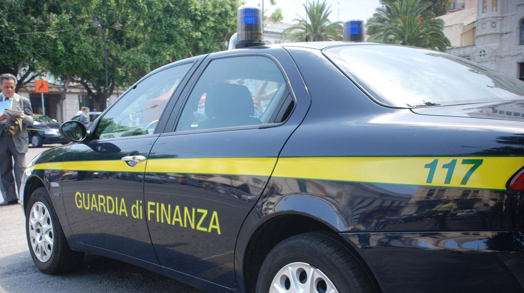 Pozzuoli, sequestrati 3 quintali di sigarette e arrestati 2 contrabbandieri