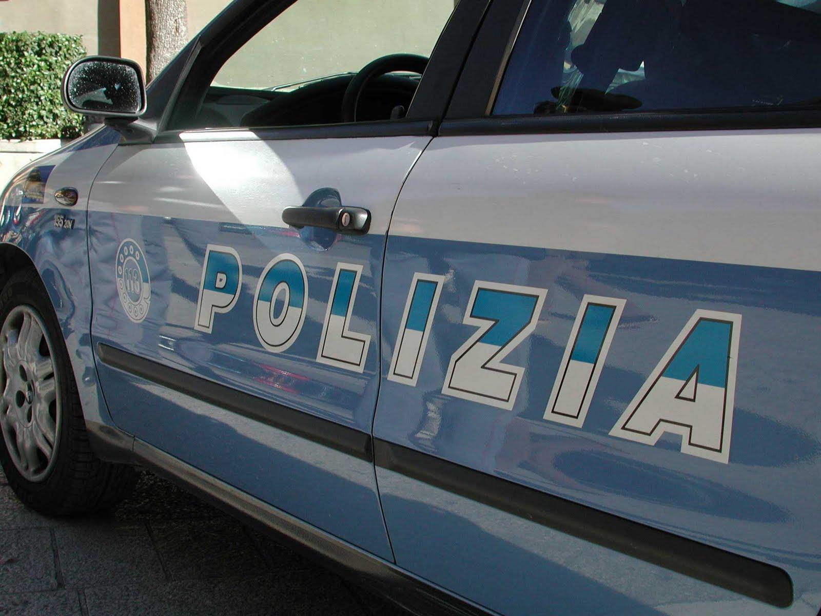 Napoli, agente fuori servizio sventa truffa dello specchietto a due anziani