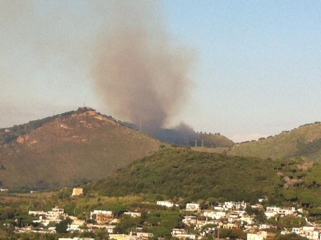 Pozzuoli, incendio in via Campiglione: sul posto vigili del fuoco e forestale!