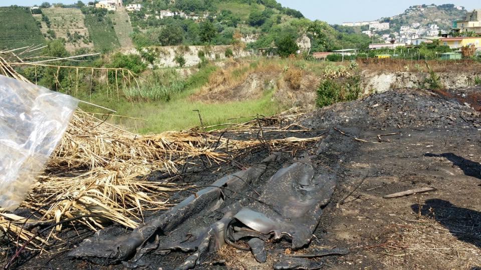 Cava Lubrano, un incendio che riporta alla luce rifiuti tossici