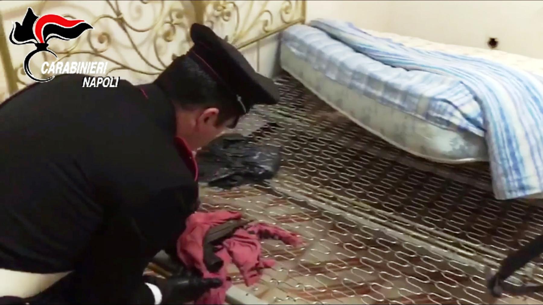 Mitraglietta Scorpion nascosta sotto il materasso