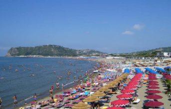 Bacoli, guerra ai venditori abusivi sui litorali: multe fino a 500 euro ai bagnanti che trasgrediscono!