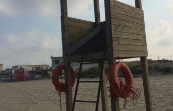 Licola, arriva la torretta di salvataggio sulla spiaggia libera grazie ai volontari