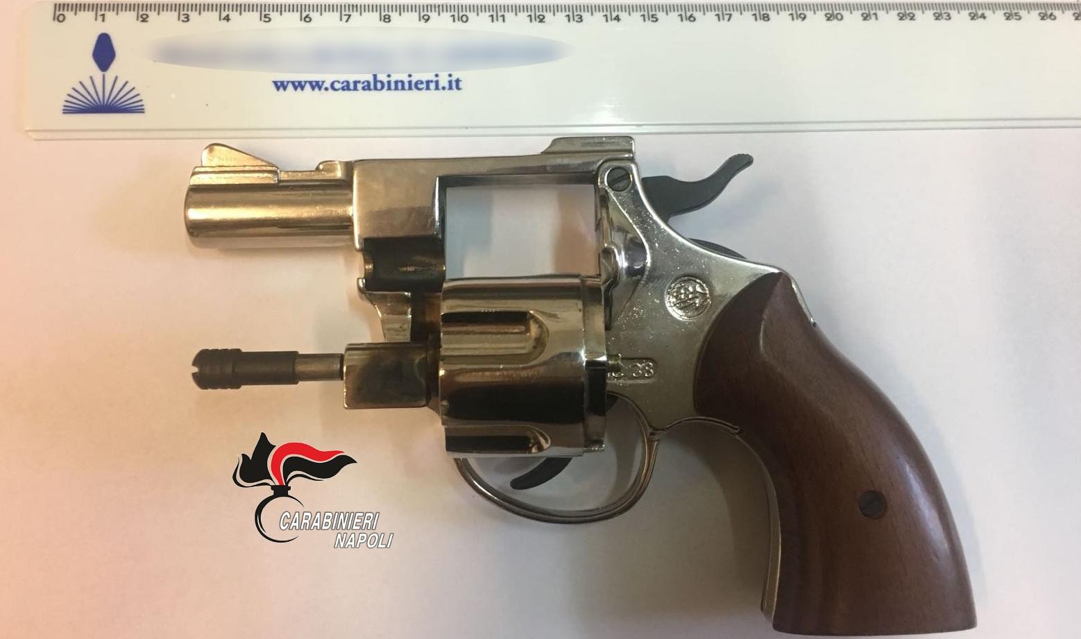 Quarto, minore spara con pistola finta: carabiniere lo blocca. Interviene lo zio che minaccia il militare: arrestato