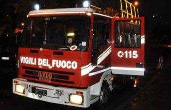 Paura ad Arco Felice, albero cade nella notte in via Virgilio: strada transennata