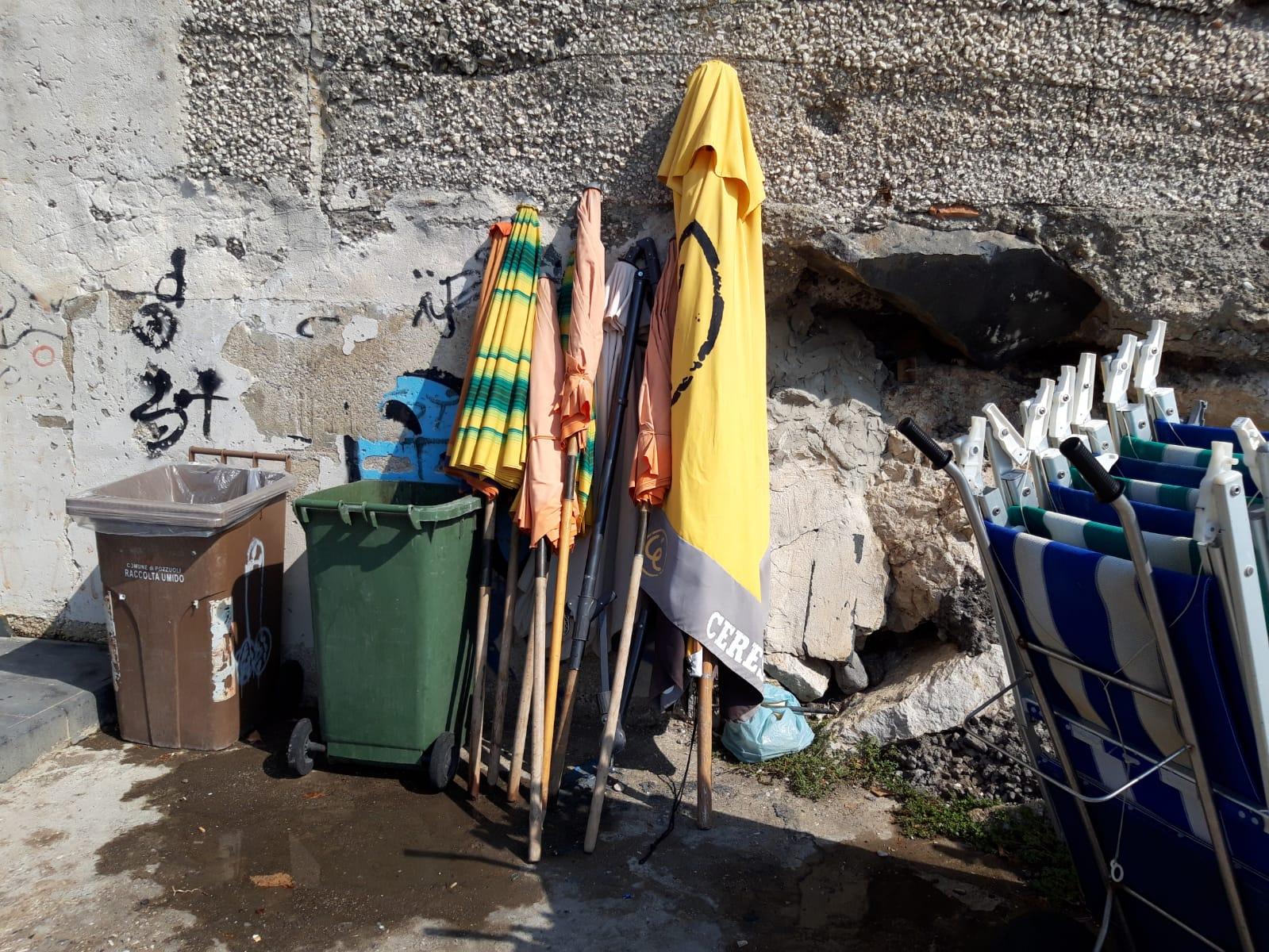 Pozzuoli, sequestrati lettini ed ombrelloni. Due denunce per abbandono di rifiuti