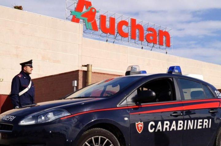 Rubano materiale elettrico e cosmesi all'Auchan di Giugliano: arrestati dai carabinieri