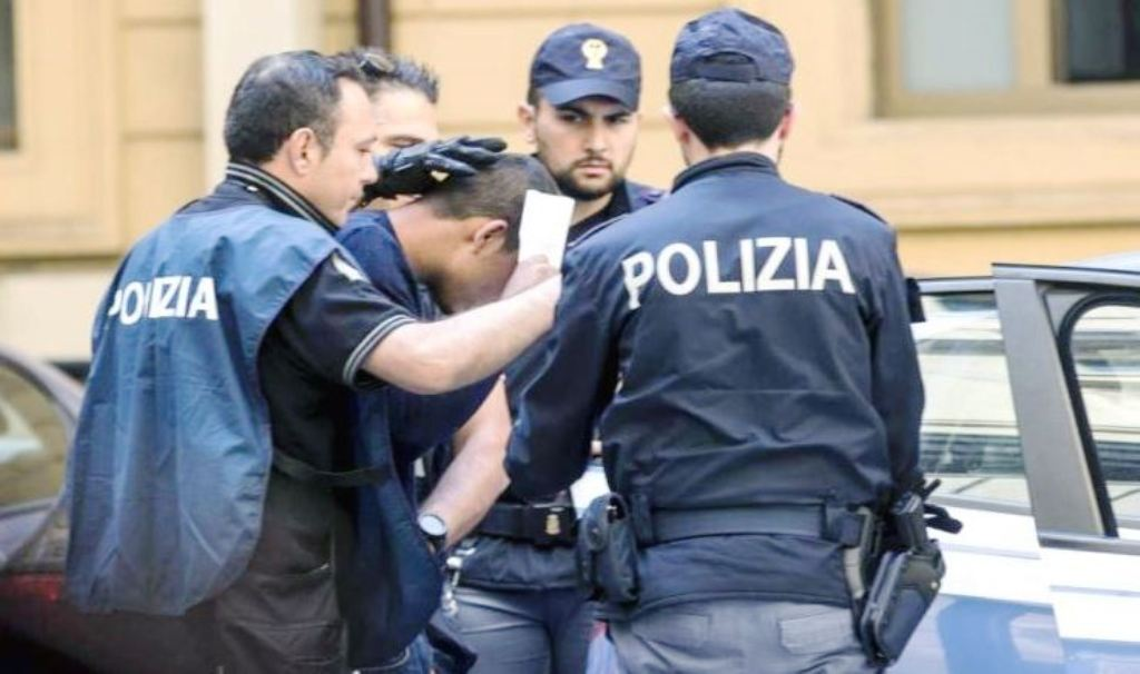 Napoli, arrestati due extracomunitari per una rapina a due turisti francesi