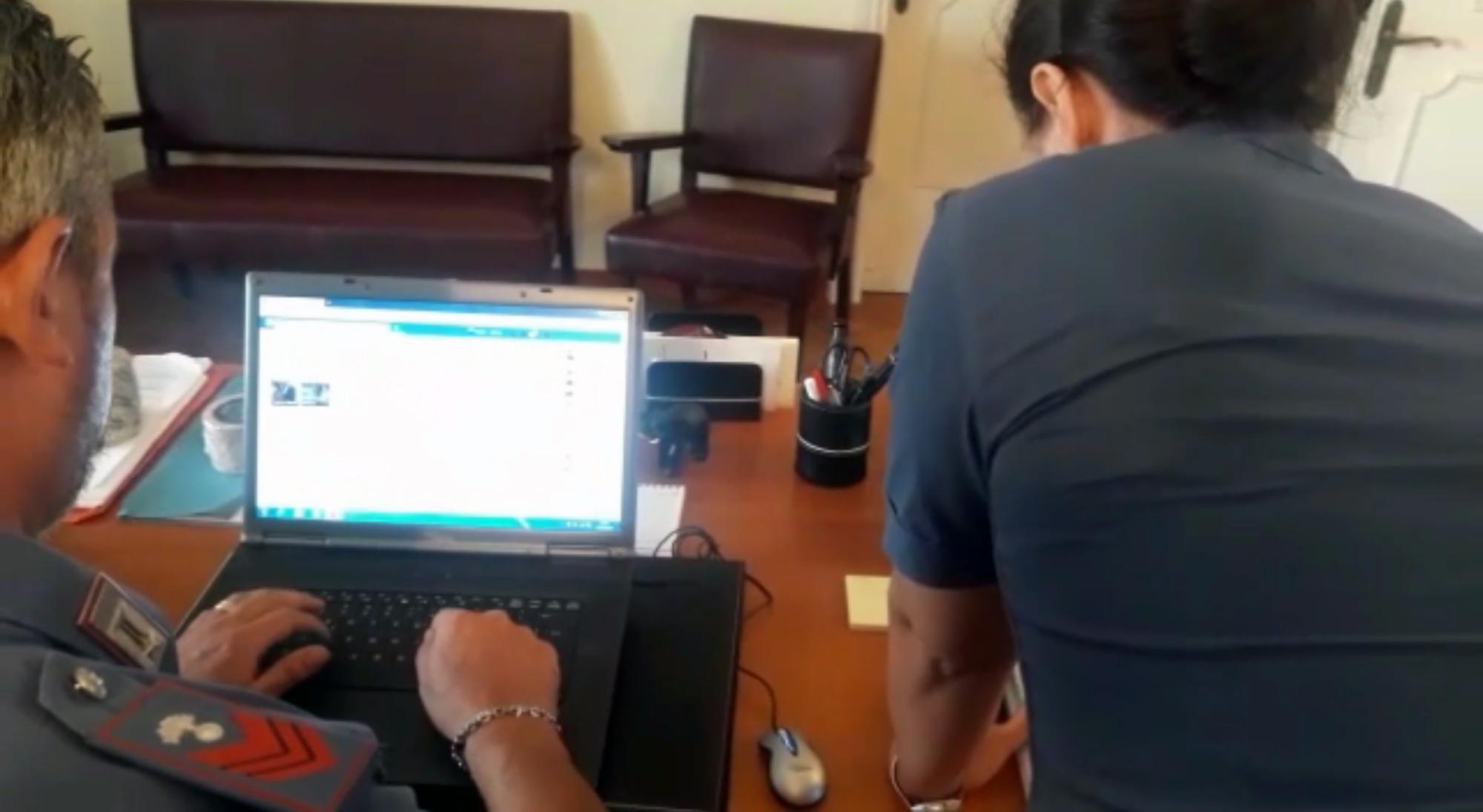 Ischia, minacciava ragazze minorenni: arrestato 21enne autore di 26 casi di pedopornografia