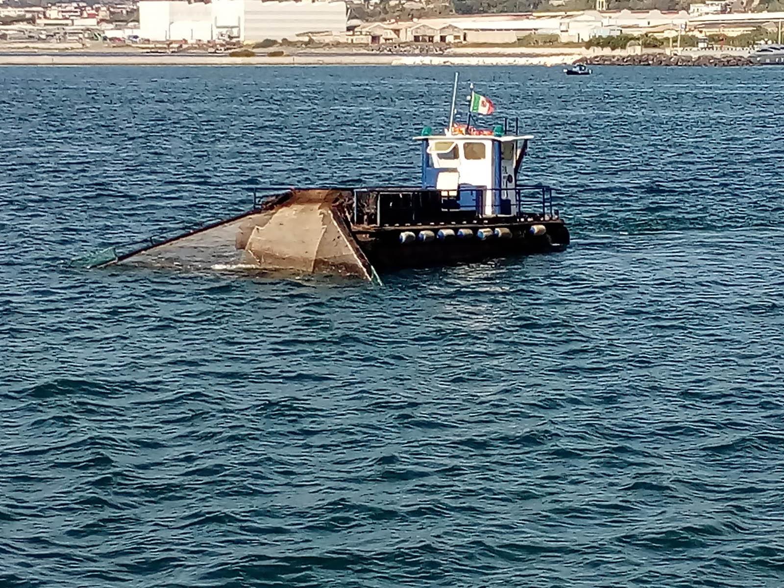 Pozzuoli, mare pulito nel golfo: in azione lo spazzamare