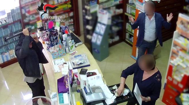 Rapina una farmacia e copre la targa dell'auto, fermato un 34enne