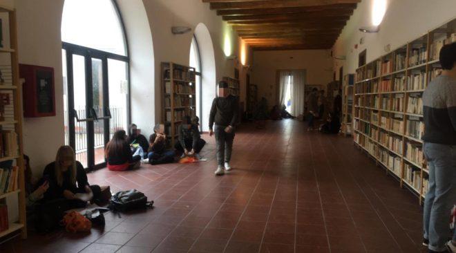 """POZZUOLI/ """"Pochi posti a sedere, ragazzi costretti a studiare per terra nella biblioteca di Palazzo Toledo"""""""
