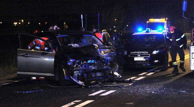 LICOLA/ Inseguono rom, carabinieri impattano auto con mamma e figlia