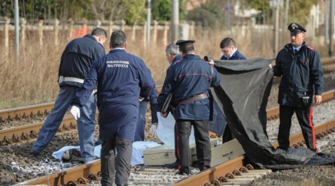 Treno travolge e uccide una donna che camminava sui binari, circolazione sospesa