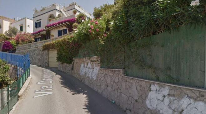 BACOLI/ Tragedia sfiorata in via Dragonara, auto finisce contro un muro