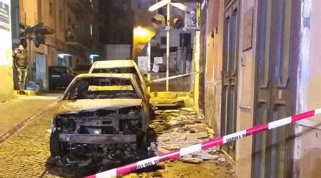 POZZUOLI/ Incendio nella notte sveglia i residenti ai Cappuccini: distrutte 2 auto