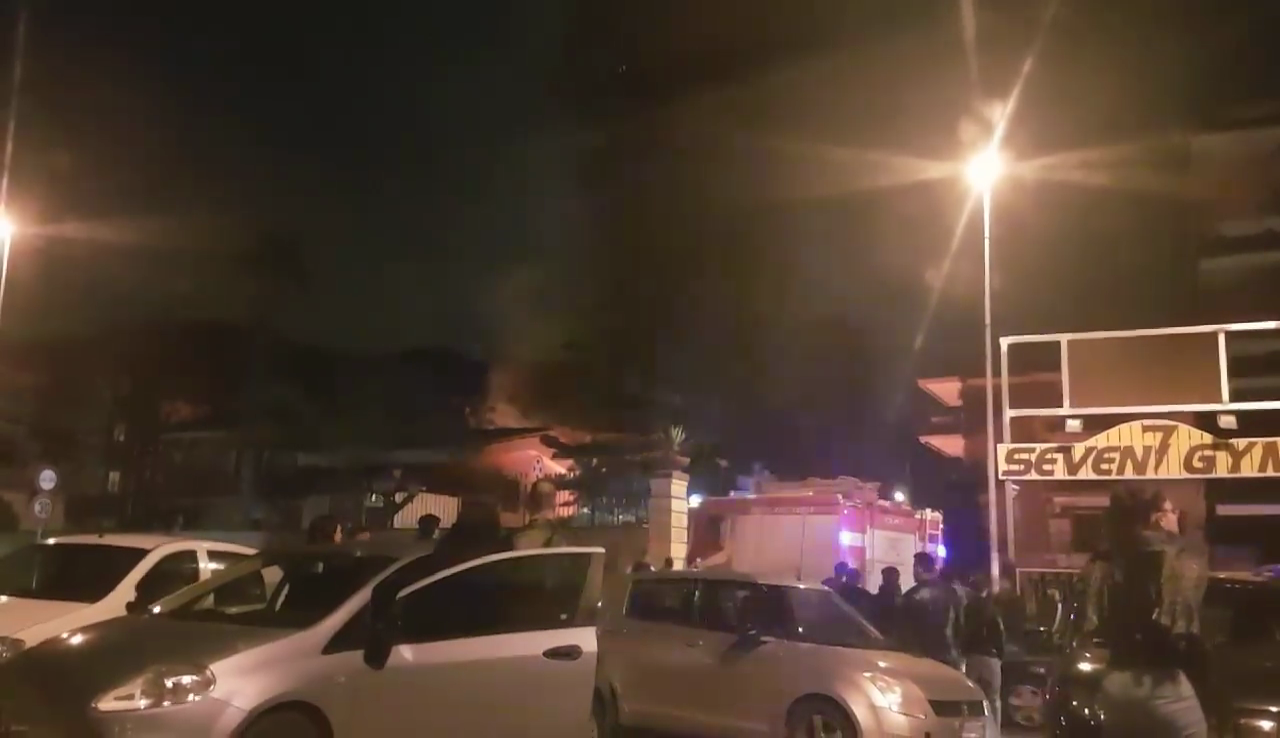 QUARTO/ Incendio nella notte in via Santa Maria: arsi vivi due cani e distrutte due auto