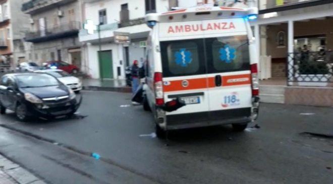 BACOLI/ Incidente in via Cuma, violento impatto tra scooter e auto: motociclista in prognosi riservata