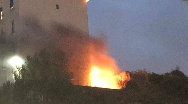 """BAIA/ Terrore e paura sulle """"Palazzine"""", auto prende fuoco vicino alle abitazioni"""