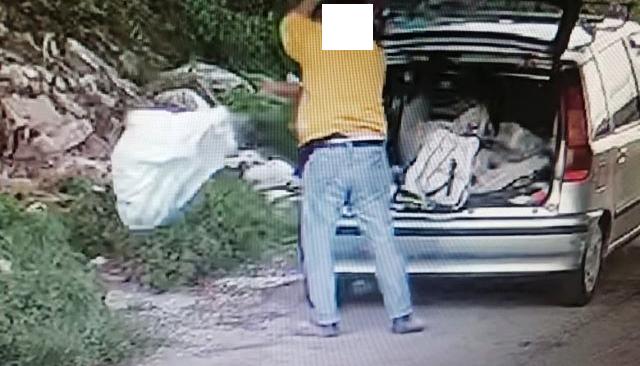 POZZUOLI/ Beccato dalle telecamere a sversare rifiuti: scatta la denuncia penale per un 50enne puteolano