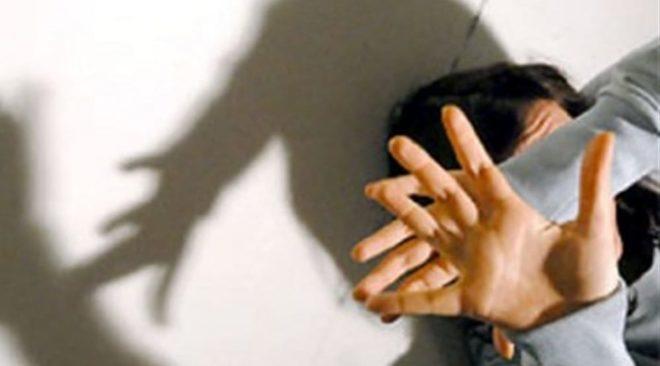 Aggredisce la compagna incinta e le procura un taglio alla coscia: arrestato un 26enne