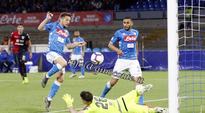 Il Napoli vince sul Cagliari che contesta la VAR. | Le Foto