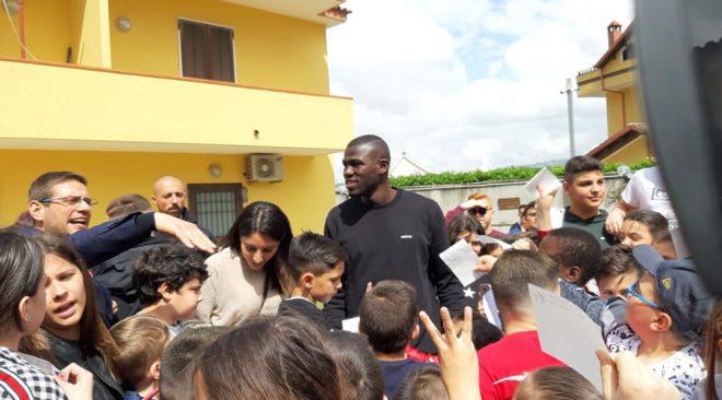 QUARTO/ Koulibaly in visita tra i ragazzi del Centro Diocesano Regina Pacis