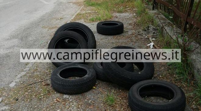 """IL CASO/ Licola, """"terra di nessuno"""": pneumatici sversati per strada, indagano i carabinieri"""