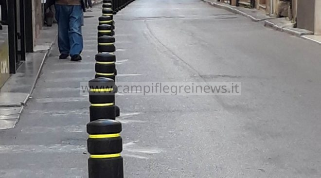 POZZUOLI/ Via Napoli, lotta alla sosta selvaggia e alla movida: installati paletti para-pedonali