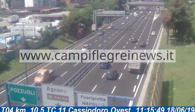 Impatto violento tra due auto allo svincolo di Fuorigrotta della Tangenziale, uomo trasferito in ospedale