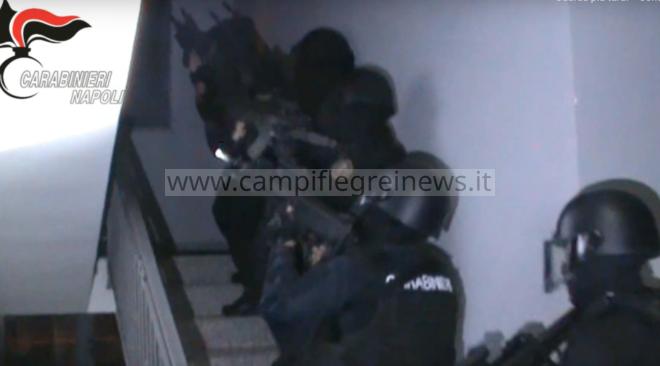 MONTERUSCIELLO/ Irruzione dei carabinieri del Gis, ammanettato il 25enne che minacciava di far saltare in aria la palazzina