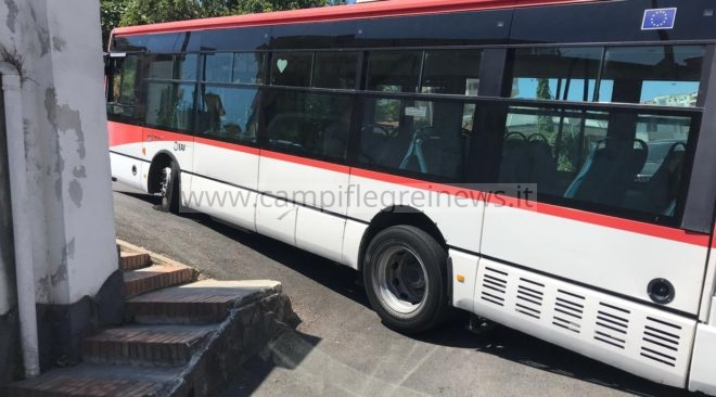 MONTE DI PROCIDA/ Bus blocca via Pedecone, intervenuti pompieri e tecnici Eav per liberare la strada