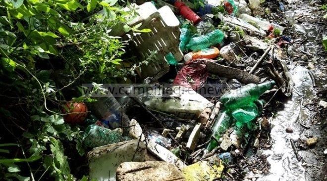 QUARTO/ Il canale di via Crocillo è una discarica di rifiuti, preoccupano le condizioni igienico-sanitarie