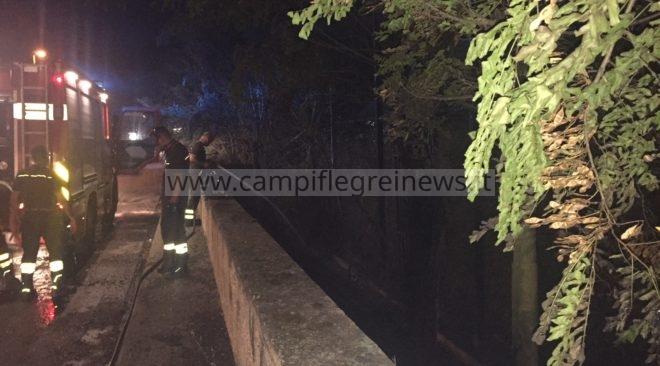 CUMA/ Incendio nel campo sportivo abbandonato, pompieri evitano che prendessero fuoco le condotte del gas