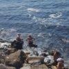 Schiuma marrone, puzza di fogna e divieto di balneazione: ma la gente fa il bagno a La Pietra|FOTO
