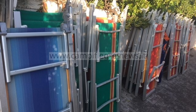 MILISCOLA/ Blitz della capitaneria, liberati 700 mq di spiaggia e sequestrati 80 lettini e ombrelloni|FOTO