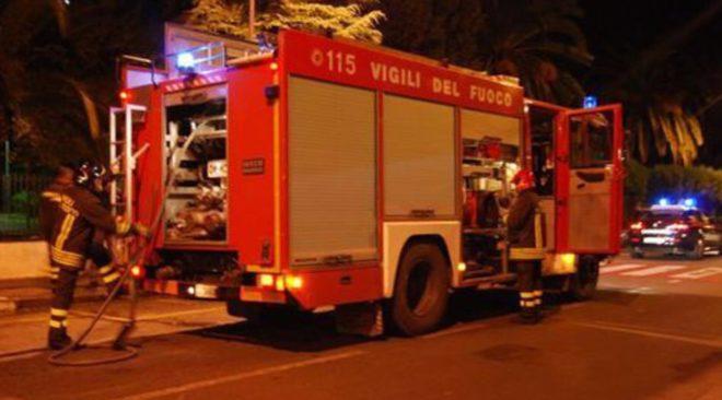 POZZUOLI/ Paura ieri sera in via Pietrarse, incendio lambisce case: gente per strada