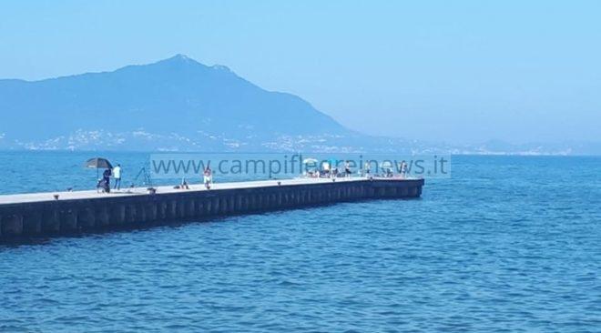 BACOLI/ Sgomberato il pontile di Torregaveta dai pescatori che lasciavano rifiuti