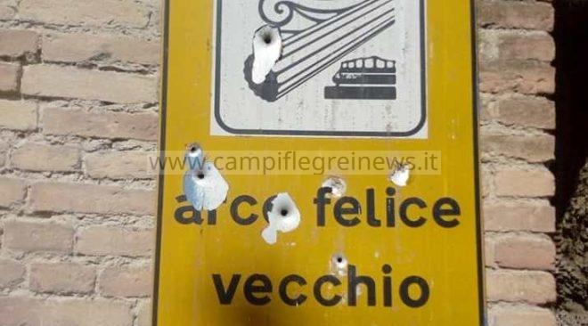 Arco Felice Vecchio, sette colpi di pistola conficcati nel cartello che indica il monumento