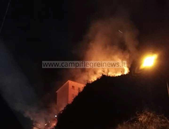 """ULTIMORA/ Baia, incendio minaccia le """"Palazzine"""": panico tra i residenti"""