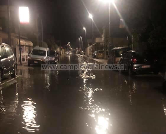 Licola Mare, piove e la strada si trasforma in un fiume di merda