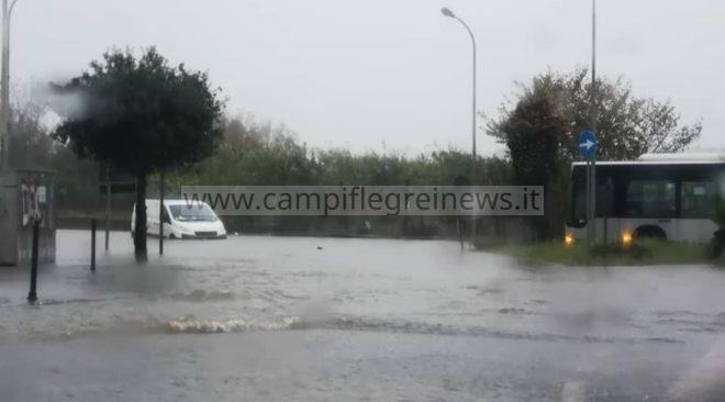 BACOLI/ Dieci minuti di piogge e le strade si trasformano in fiumi in piena di.....merda|FOTO