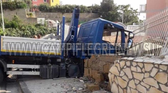 MONTE DI PROCIDA/ Guasto ai freni camion finisce in una proprietà privata