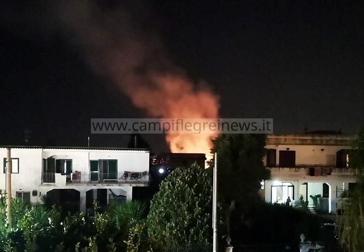 VARCATURO/ Panico nelle notte, incendio tra le case in via Torre Scafati|FOTO