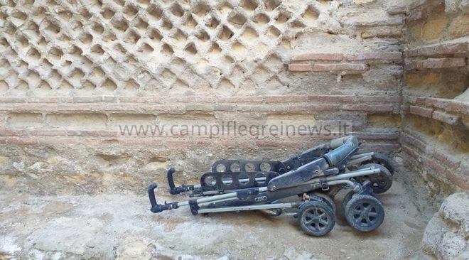 BACOLI/ Carrozzino rotto gettato su un muro all'interno della Piscina Mirabilis