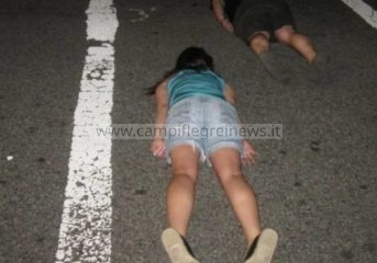La follia Planking Challenge arriva anche nei Campi Flegrei, ragazzi sdraiati a terra in attesa che arrivano auto
